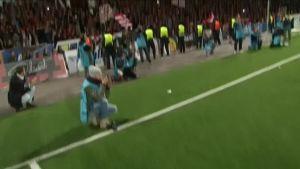 Urheilujuttuja: HIFK-.fanit vyöryivät kentälle juhlimaan - Mika Väyrysen haastattelu