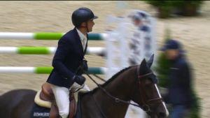Urheilujuttuja: Pudonnut kenkäkään ei haitannut Horse Show'n voittajan menoa