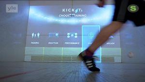 Yle Uutiset Keski-Suomi: Teknologia taikoo betoniseinään virtuaalisen pelikentän – jalkapallojuniorit innoissaan