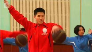 Uutisvideot: Rytmistä voimistelua 80-lukulaisen diskomusiikin tahdissa, näinkö pohjois-korealainen koripallojoukkue treenaa?