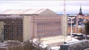 Uutisvideot: Suomen suurin nosturi irrotti Eduskuntatalon remonttipressun