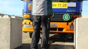 Uutisvideot: Saksassa testattiin betoniporsaiden tehoa: Ne eivät pysäytä kuorma-autoa.