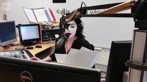Uutisvideot: Radiojuontaja Maria Jyrkäs fanittaa Kiss-yhtyettä töissäkin