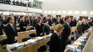 Uutisvideot: Eduskunta kunnioitti Mauno Koivistoa hiljaisella hetkellä