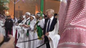 Uutisvideot: Donald Trump otti osaa miekkatanssiin Saudi-Arabiassa