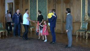 Urheilujuttuja: Tre Kronor ottaa ilon irti MM-kultajuhlista - Sergelin tori täyttyi ääriään myöden