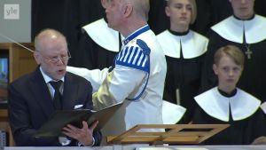 Uutisvideot: Veteraanin iltahuuto kajahti Koiviston hautajaisissa Jorma Hynnisen johdolla