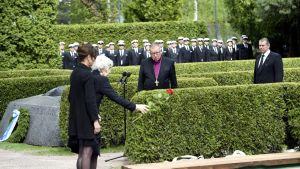 Uutisvideot: Presidentti Koivisto laskettiin haudan lepoon Hietaniemessä
