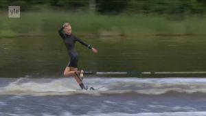 Urheilujuttuja: Paljasjalkahiihtoa 70 kilometriä tunnissa