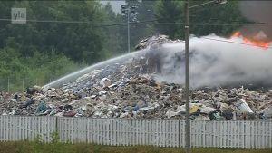 Yle Uutiset Lounais-Suomi: Ekopartnerilla Orikedolla palaa suuri jätekasa