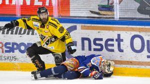Urheilujuttuja: Jälkihiki puntaroi SM-liigan kovia taklauksia