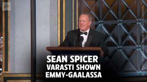 Uutisvideot: Valkoisen talon ex-tiedottaja teki comebackin Emmy-gaalassa