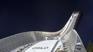 Holmenkollenin hyppyrimäki juhlistaa sinivalkovärein Suomen sataa vuotta
