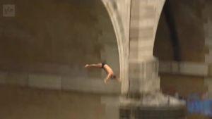 Uutisvideot: Roomassa hypättiin uutenavuotena sillalta Tiber-jokeen