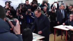 Uutisvideot: Naisaktivisti yllätti Berlusconin äänestyspaikalla