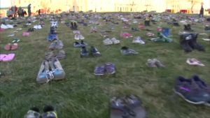 Uutisvideot: Washingtonissa vaadittiin tiukempia aselakeja tuhansin tyhjin kengin