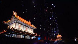 Yli tuhat kiinalaislennokkia tuikkii taivaalla ikivanhan kaupungin yllä