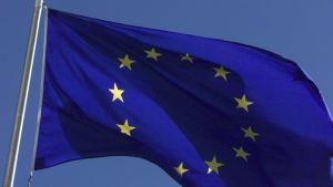EU heiluttaa rahatukkua ja haluaa nuoret mukaan.