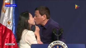 Duterte suutelee nuorta vierastyöläistä Etelä-Koreassa