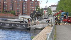 Pelastuslaitos nostaa kallistunutta ravintolalaivaa Tampereen Ratinan suvannossa