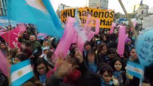 Abortin kannattajat marssivat Buenos Airesissa äänestyksen aattona