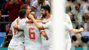 Espanja onnekkaasti johtoon: pallo kimposi Costan jalasta maaliin