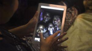 Sukeltaja löysi luolastoon eksyneet nuoret Thaimaassa