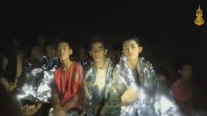 Uusi video Thaimaan luolasta: Avaruushuopiin kääriytyneet pojat sanovat olevansa hyvässä kunnossa