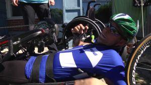 Teppo Polvi rullaa kisa kerrallaan kohti Tokion paralympialaisia