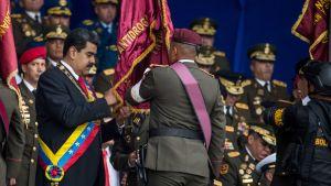 Venezuelan presidentin tapahtumaan iskettiin räjähteillä lastatuilla drooneilla – katso video