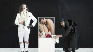 Helsingin juhlaviikoilla esiintyy tanssija, jota voisi luulla sirkuksen käärmemieheksi
