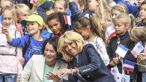 Presidenttien rouvat Jenni Haukio ja Brigitte Macron vierailevat Uudessa lastensairaalassa