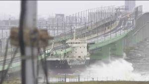 Japanissa taifuuni sai lentokentän tulvan valtaan ja paiskasi rahtilaivan päin siltaa