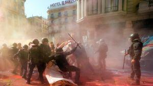 Mielenosoittajat heittelivät väripatruunoita poliiseja kohti Barcelonassa