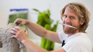 Fiskarsissa työskentelevä kuvanveistäjä tekee vihreitä sammaltyyppejä, jotka taidekerääjät repivät käsistä