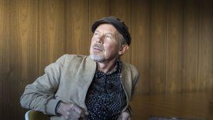 """J. Karjalaisen luovuus vaatii lötköttelyä: """"Olen ollut laiskottelun puolestapuhuja jo 80-luvulta lähtien"""""""