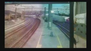 Valvontakamera kuvasi junaonnettomuuden Taiwanissa