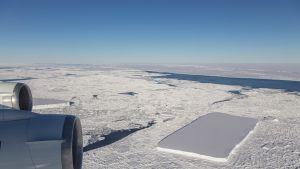 Etelämantereesta irtosi hämmästyttävän suorakulmainen jäävuori