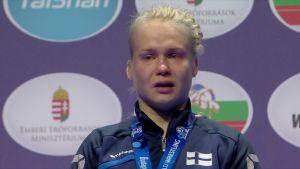 Kyynelehtivä Petra Olli sai kultamitalin kaulaansa