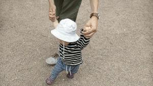 Lapsen kiintymyssuhde vanhempiinsa vaikuttaa pitkälle elämään