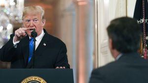 Trump hermostui toimittajille tiedotustilaisuudessa kongressivaalien jälkeen