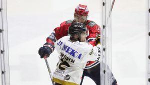 HIFK-maalivahti ajettiin jään pintaan – Kärppä-pelaaja ohjattiin suihkuun