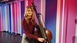 Jazz-basisti Kaisa Mäensivu kertoo miten jazzia sävelletään