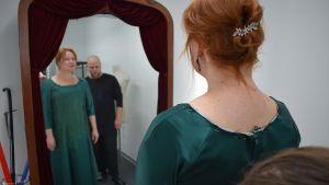 Kirjailija Niina Repo vie tarinoita puvussaan Linnan juhliin