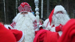 Pakkasukko ja joulupukki paiskaavat kättä valtakunnan rajalla