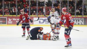 Zaborsky loukkaantui – yhteentörmäys vai kiekottoman pelaajan taklaus?