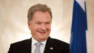 Presidentti Sauli Niinistö lähetti onnitteluviestin Nuorille Leijonille – katso, miten mestarien pukukopissa reagoitiin presidentin terveisiin