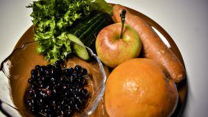 Porkkana, appelsiini, pala kurkkua ja kaalia - punnitsimme suosituksen mukaisen päiväannoksen