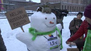 Eduskuntaryhmät lumiukkotalkoissa