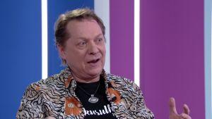 """Heikki Salo kertoo """"Lapsuuden sankarille"""" -kappaleen syntytarinan"""
